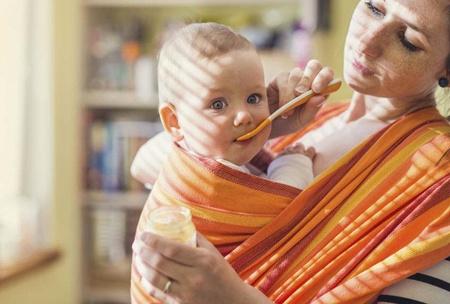BABYWEARING: PERCHÉ LA FASCIA FA BENE AL BEBÈ